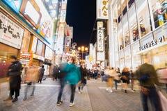 Tęsk exposé czasu fotografia ludzie chodzi w Dotonburi, Osaka obraz stock