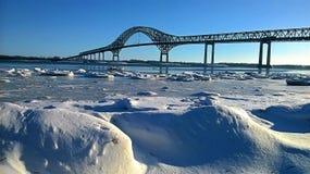 Tęsk most nad rzeką zdjęcia royalty free