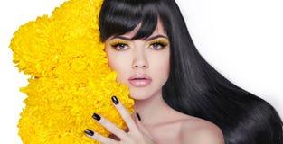 Tęsk połysku włosy Brunetki Młoda atrakcyjna kobieta Robiący manikiur gwóźdź Zdjęcie Stock