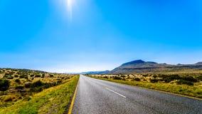 Tęsk Prosta droga przez Niekończący się szeroko otwarty krajobrazu semi pustynny Karoo region w Bezpłatnym stanie i Wschodniej pr Fotografia Royalty Free