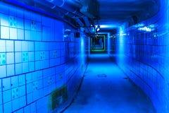 tęsk pusty tunel z drymbami i użyteczność na suficie, błękitni neonowi światła zdjęcia stock