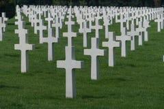 Tęsk rzędy biali krzyże przy Normandy cmentarzem Amerykańskim pomnikiem i, colleville-sur-mer, Normandy, Francja fotografia royalty free
