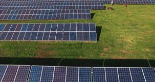 Tęsk rzędy photovoltaic panel przy słonecznym gospodarstwem rolnym zbiory