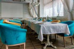 Tęsk stół z cutlery i kolorowymi karłami w restauracyjnym iset dla posiłku Nastrojowy lekki wewnętrzny widok obrazy stock