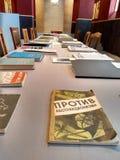 Tęsk stół z książkami i krzesłami stoi, Obrazy Stock
