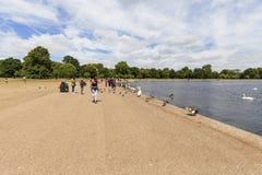 Tęsk woda, staw w Kensington ogródach przed Kensington pałac, Londyn, Zjednoczone Królestwo Obrazy Royalty Free