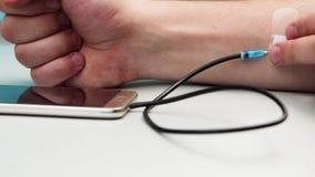 Tętniąca ręka jako pojęcie wydatki życie na depe, Technologia nałogowiec Pojęcie zależność na smartphone, telefon zbiory