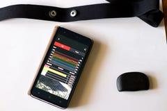 tętno monitor z klatki piersiowej patką i app zdjęcia stock
