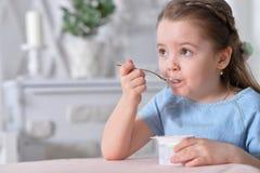 tła łasowania dziewczyny odosobniony mały biały jogurt Zdjęcie Stock