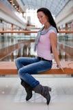 tła ławki brunetki śliczny centrum handlowe Zdjęcia Stock