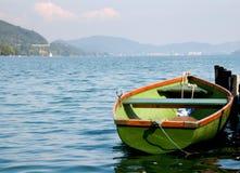 tła łodzi zieleni gór woda Zdjęcie Royalty Free