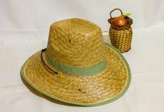 tła ścinku kapeluszu odosobnionej ścieżki słomiany biel Fotografia Royalty Free