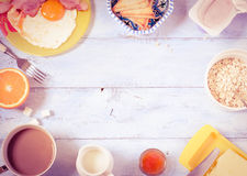 Tła śniadanie na drewnianym tle Odgórny widok Zdjęcie Royalty Free