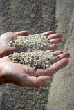 tła żwiru ręk mężczyzna łupu piasek obrazy stock