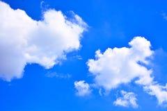 tła błękit chmurnieje niebo Obrazy Royalty Free