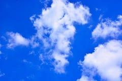 tła błękit chmurnieje niebo Zdjęcia Royalty Free
