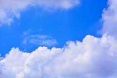 tła błękit chmurnieje niebo Fotografia Royalty Free