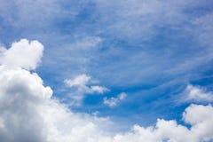 tła błękit chmurnieje niebo malutkiego zdjęcie stock
