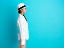 tła błękitny kapeluszowi koszulowi białej kobiety potomstwa Fotografia Royalty Free