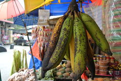 tła bananowej wiązki odosobniony biel Fotografia Royalty Free