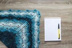 Tła barwiarstwa szalika drzewny błękitny przedziałowy bactus szydełkował moher merynosowej wełny przędzy notepad akrylowego pióro Fotografia Royalty Free