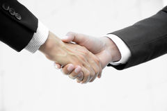 tła biznesmenów uścisk dłoni odosobniony niebo Obrazy Royalty Free