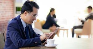 tła biznesmena telefon komórkowy laptopu biel działanie fotografia royalty free