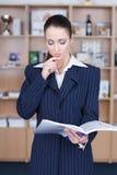 tła bizneswomanu odosobnienia główkowania biel Obraz Stock