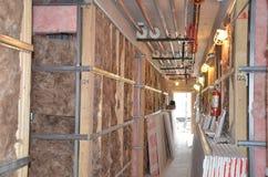 tła blokowego błękit cementu chmur budowy domu nowy dachowy nieba truss drewniany Obrazy Royalty Free