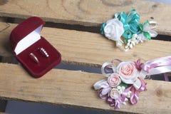 tła boutonniere karty wystroju dekoraci zaproszenia perły róże target2134_1_ biel Boutonniere fornal z panną młodą, ich obrączki  Fotografia Stock