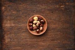 tła brąz zakończenia owoc hazelnut odżywki stół w górę drewna zdjęcia stock