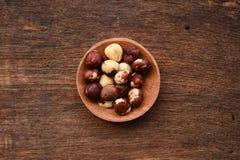 tła brąz zakończenia owoc hazelnut odżywki stół w górę drewna fotografia stock