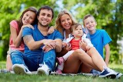 tła chłopiec obejmowania rodzinna ojca dziewczyna jego mała mężczyzna matki parka stawu żona Obraz Royalty Free