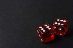 tła ciemna kostka do gry czerwień dwa Zdjęcia Stock