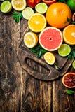 tła cytrus przygotowywający tekst Świeża cytrus owoc Na tnącej desce Zdjęcia Stock