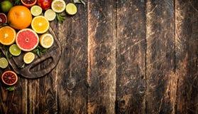 tła cytrus przygotowywający tekst Świeża cytrus owoc Na tnącej desce Obraz Stock