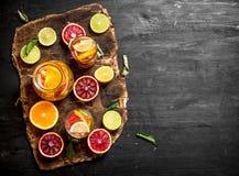 tła cytrus przygotowywający tekst Świeży cytrusa sok z plasterkami wapno, pomarańcze, grapefruits i cytryny, obrazy royalty free