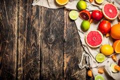 tła cytrus przygotowywający tekst Cytrus owoc na starej tkaninie Zdjęcia Stock