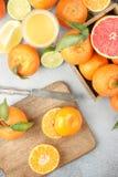tła cytrus przygotowywający tekst Kolorowa świeża cytrus owoc na stole z k Fotografia Stock