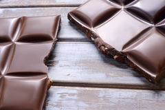 tła czekolady odizolowywający kawałków płytki biel Obrazy Stock