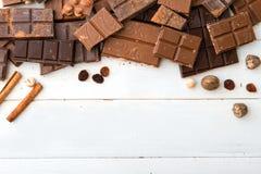 tła czekolady zakończenie odizolowywał kawałki w górę rozmaitości biel Zdjęcia Royalty Free