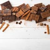 tła czekolady zakończenie odizolowywał kawałki w górę rozmaitości biel Obraz Stock