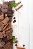tła czekolady zakończenie odizolowywał kawałki w górę rozmaitości biel Zdjęcie Stock