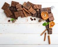 tła czekolady zakończenie odizolowywał kawałki w górę rozmaitości biel Zdjęcia Stock