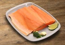 tła drewniany rybi surowy Łosoś Zdjęcie Royalty Free