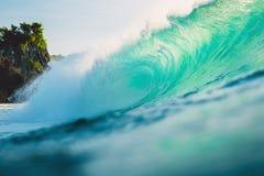 tła duży siatki oceanu wodna fala Łamanie fala w Bali przy Padang Padang Obrazy Royalty Free