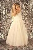 tła dziecka dziewczyny mały wzorcowy boisko dosyć Moda model na srebnym tle, piękno Mała dziewczynka w modnej sukni, bal Moda i p Fotografia Royalty Free