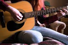 tła dziewczyny gitara odizolowywająca bawić się biały potomstwo Zakończenie obraz royalty free
