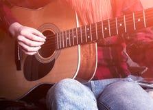 tła dziewczyny gitara odizolowywająca bawić się biały potomstwo Zakończenie zdjęcia royalty free