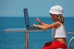 tła dziewczyny laptopu mały denny obsiadanie Obraz Royalty Free